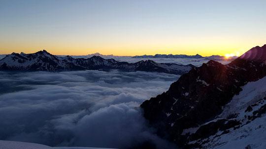 Superbe ambiance au lever de soleil en montant par la Nord Est du Râteau au départ du Promontoire. Merci Allan Métailler.