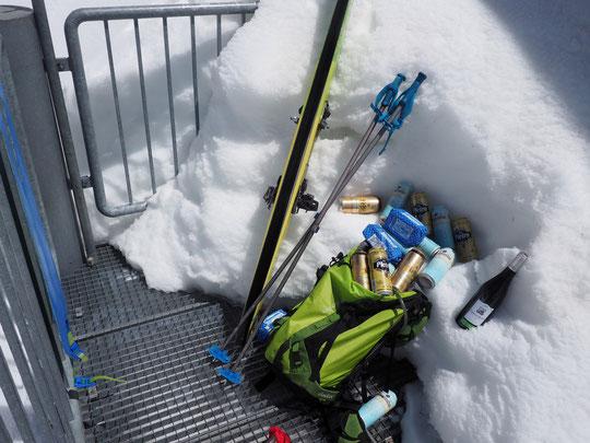 Bières, beurre et vin... Montés à dos dans le sac des gardiens ce matin jusqu'au refuge pour accueillir les participants du Grand Parcours Alpinisme.