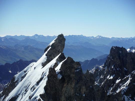 Tout là-haut, à près de 4000m au-dessus du monde, sur le Doigt de Dieu en finale de la Traversée de la Meije  !
