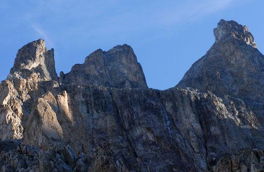 Premiers rayons de soleil, ce matin : complétement à gauche, sur la muraille Castelnau, le Dos d'Ane (avec de bons yeux vous y aperceverez peut être une cordée), la Dalle des Autichiens, le Pas du Chat et complétement à droite, sur le sommet du Grand Pic.