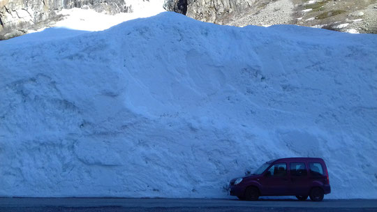 Hier encore nous avons attendu toute la journée en bas à la Bérarde que la météo nous autorise à monter. C'est partie remise à ce weekend. Ici le passage au pied d'un beau mur de neige dégagé récemment sur la route de la Bérarde. Merci à tous