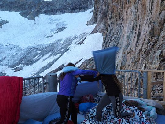 Après une nuit dehors, ce matin les enfants ont aéré les coussins... un peu d'activité physique au réveil à 3100m, ça ne fait pas de mal....