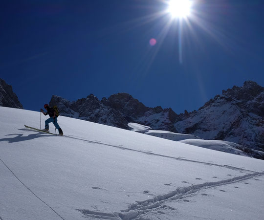 Hier matin, après une superbe descente, Nathalie fait la trace sur la moraine avec une neige et un soleil de cinéma.... et presque seule dans la montagne !
