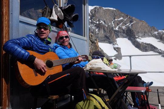 Skieur alpiniste et guitariste, sur la terrasse du refuge. Non il n'a pas monté sa guitare dans son sac (Nathalie, la gardienne, prête volontiers la sienne )