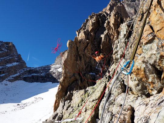 Les cordistes en action hier. Sur la Meije, au dessus du Promontoire  ce sont des expériences rares, des moments de vie parfois rudes mais oh combien excepetionnels.... Merci et bon courage !
