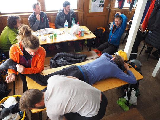 Hier dimanche après midi, après l'étape refuge Adèle-Planchard/Promontoire (et avant la tempête à 120 km/h annoncée pour la soirée), c'est la relaxation, les étirements, les massages et l'attente dans la grande salle du refuge.