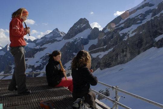 """C'était lundi 18 juin, mais on a tellement aimé que l'on vous remet une photo. Et Trio """"jeunes alpinistes musiciennes"""" nous a promis de revenir en Août... Que du bonheur !"""