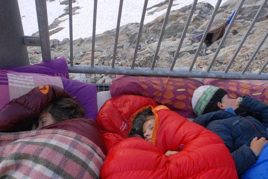 Avec leur cousine Camille, montée hier au refuge, ils ont dormi dehors, se sont réveillés pour assister au depart des cordées et de leurs loupiottes qui dansaient sur la Meije et sous les étoiles. Et puis... le sommeil a repris le dessus !