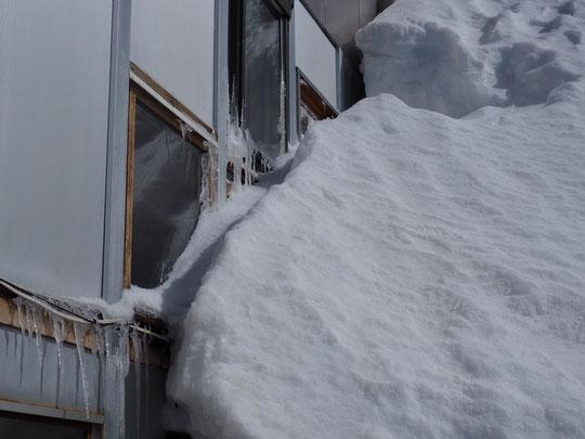 Après quatre journées de vent fort à tempétueux, les fenêtres du 1er étage du refuge portent encore quelques traces du temps mauvais...