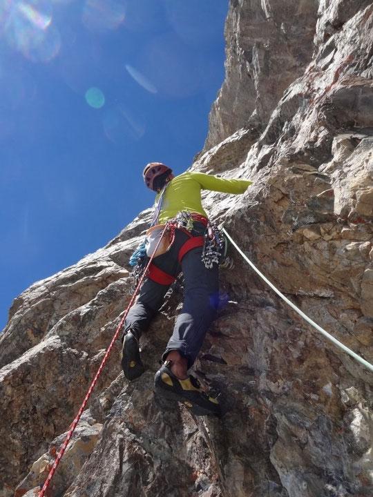 """""""Un pas"""" parmi des centaines d'autres dans les 850m de """"Mitchka"""" en face Sud du Grand Pic de la Meije (3983m)... Photo Benjamin Védrines."""