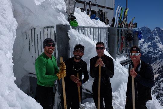 Décidement les Pyrénéens sont nombreux au Promontoire ! Et bien sympas ils nous ont dégagé des métres de neige accumulés ces derniers jours devant la porte du local gaz. Merci aux 4 secouristes CRS des P.O, qui ce matin sont partis en  versant nord  !
