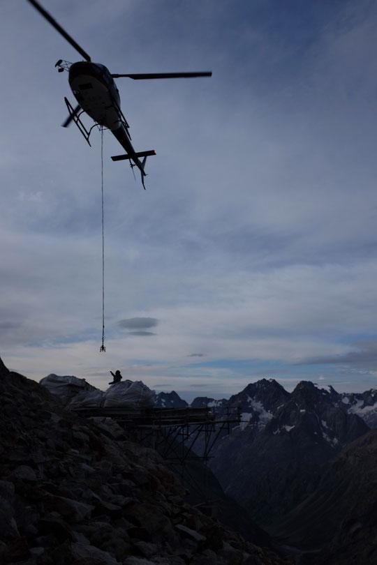 Hier en tout début de matinée sur la DZ du Promontoire, Nath va accrocher les charges de descente. A bientôt.