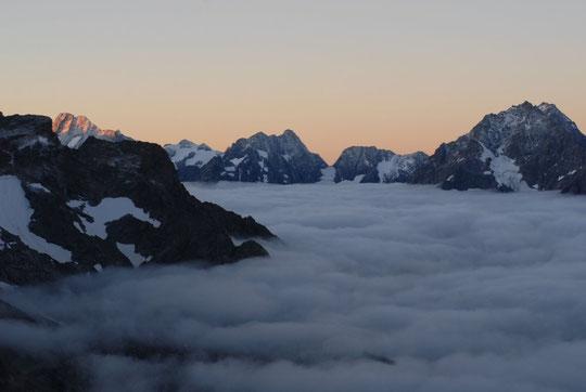 Premier rayon de soleil ce matin sur les Bans. Au centre le col du Chardon, à droite l'Encoula et sous les nuages... la Bérarde.