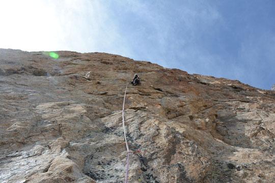 """Une belle """"petite"""" voie  de 300m, peu équipée (essentiellement relais) et bien soutenue sur la face Est de la Pyramide Duhamel """"Tout est bon dans le Nichon"""" (topo au refuge). Merci à Mathieu Stephan pour cette photo du passage en 6c . (cliquer/agrandir)."""