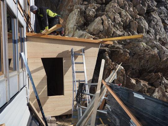 La cabane de rangement, qui avait été défoncée par des blocs, reprend forme... elle sera fin prête avant l'arrivée de la neige ! Merci à vous !