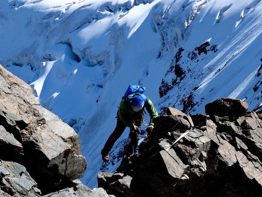 Traversée de la Meije, après le passage au sommet du Grand Pic, une cordée engage la descente vers la Brèche Zsigmondy. Merci à la cordée de Benoit pour la photo.