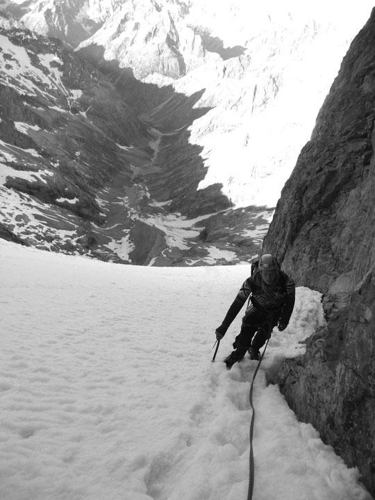 Non loin de la Brèche du Glacier carré. 1600m plus bas le plat du vallon des Etançons...Photo prise lors de la Traversée de la Meije, le 26 juin. Merci à Vladimir et Vianney