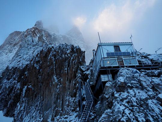Ce matin 7h, la neige de la nuit a très bien collé aux parois... les quantitées ne sont pas très importantes, le soleil peut vite sécher le rocher mais pour grimper demain matin cela paraît peut être un peu trop juste...