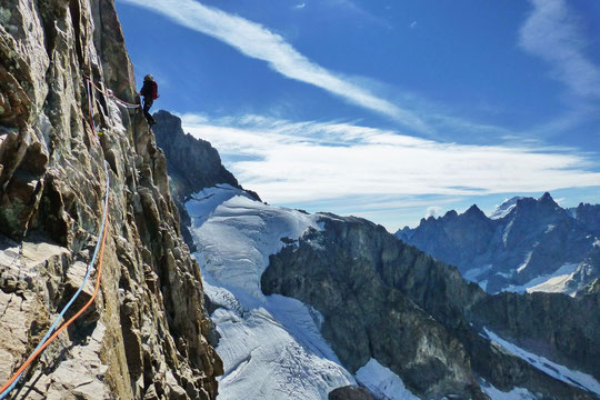 Grimpe sur les 1000m de la face Sud de la Meije. Le glacier du col du Pavé est à 3500m. A droite au fond la barre des Écrins.