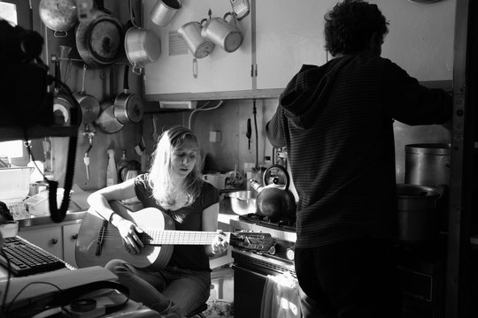 Merci à Claire (l'amie de Noé notre stagiaire) qui a chanté hier soir des chants russes dans la cuisine du refuge. Super sympa ! Par cette matinée où nous sommes bloqués à l'intérieur, on va lui demandé de sortir la guitare...