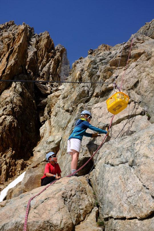 """Gros chantier en cours sur la Meije, des géologues (en herbes) étudient la résistance du granit. Ici Yoska (notre fils de 10 ans) et son copain Jean en pleine action. Attention le """"téléphérique"""" n'est pas prévu pour être utilisé par les alpinistes."""