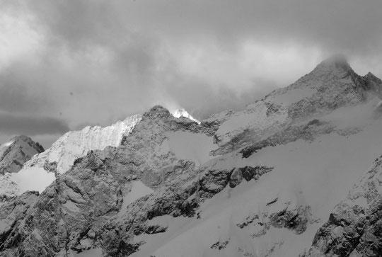 Ce matin vers 8h, neige, nuages, un brin de soleil et déjà un peu de vent. Depuis la terrasse du refuge.