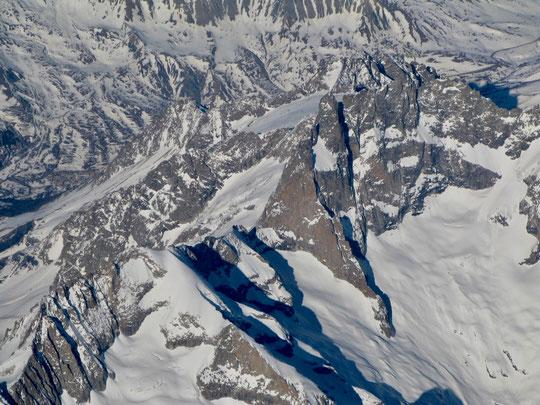 Merci à Guillaume (pilote Air France) pour tes photos. Le Glacier Carré a fière allure comme suspendu dans cette impressionnante muraille de la face Sud de la Meije. (Avec de bons yeux on aperçoit même le minuscule refuge sur l'arête du Promontoire)