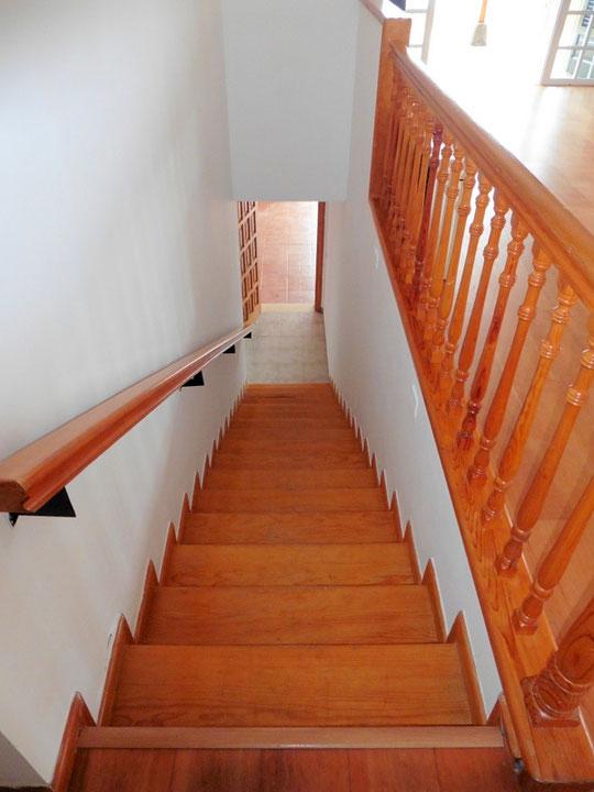 Treppen zur Garage und Kellerräume