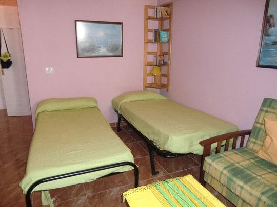 Schlafbereich mit Einzelbetten im preiswerten Apartment in Puerto de la Cruz direkt am Strand auf Tenenriffa