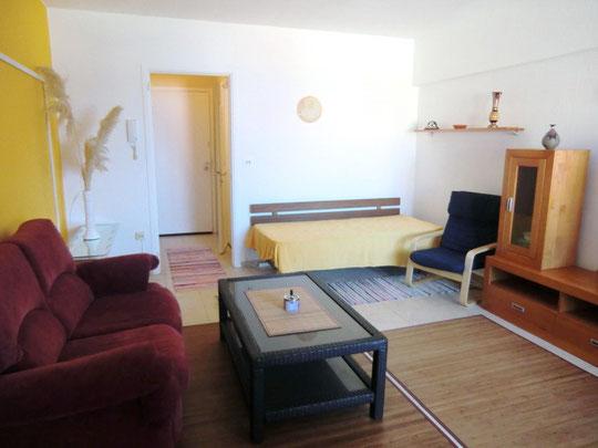 Freundliches Wohnzimmer in der Langzeitwohnung in Puerto de la Cruz
