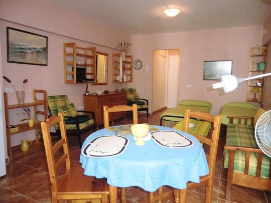 Essbereich mit Esstisch und Stühlen im Wohn - Schlafraum, vom Mietapartment