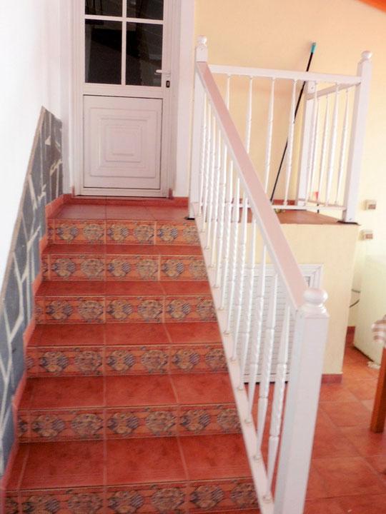 Treppen die zur überdachten Aussenterrasse gehen