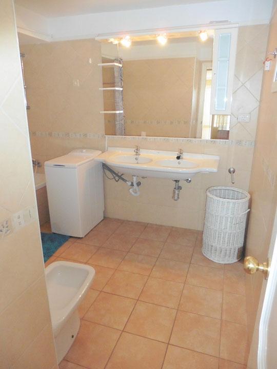 Großes Badezimmer mit einer modernen wohlfühl Wanne