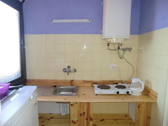 Küche voll ausgestattet mit Elektroplatte in der Mietwohnung