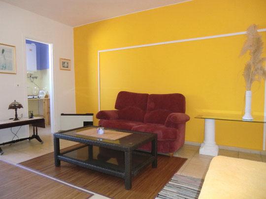 Bequeme Couch im Wohnbereich mit Fernseher mit Sat - TV