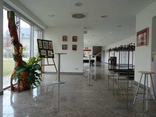 Großzügiges Foyer mit Bar und Garderobe