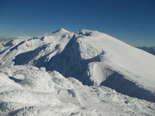 上富良野岳から、上ホロ、奥の三角は十勝岳