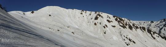 雪倉岳北面ルート(標高1,850m付近より)※中央は赤男山
