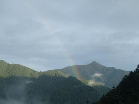 北岳にかかる虹(イメージよりとがっているので、現地では甲斐駒との説も出たが・・・)