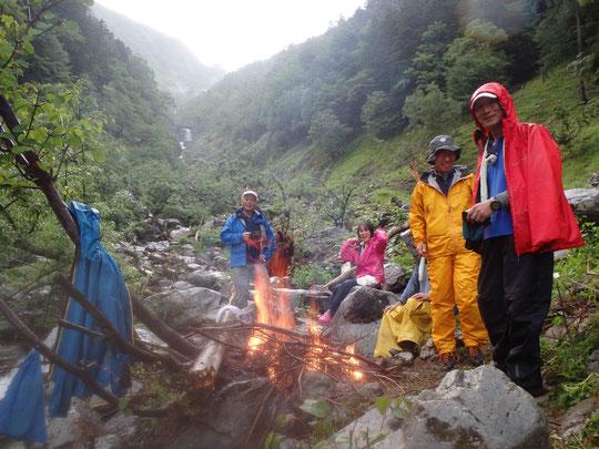流木を集めてのたき火は沢登りの醍醐味 雨の中でもみんな笑顔!