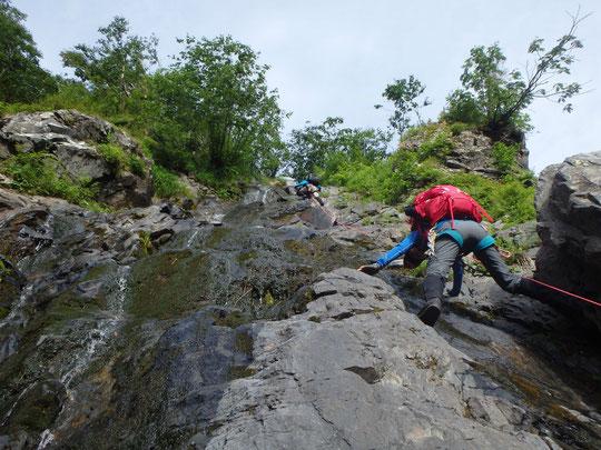 第二の大滝の右岸の草付を攀じる。