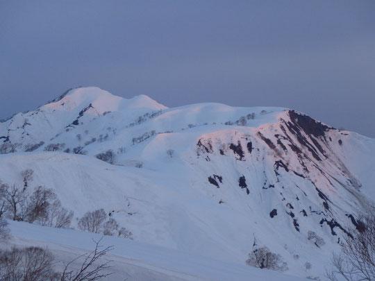 朝日を受ける昼闇山