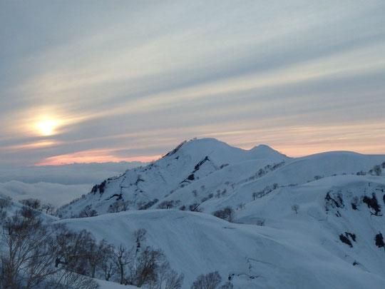 夕暮れの昼闇山