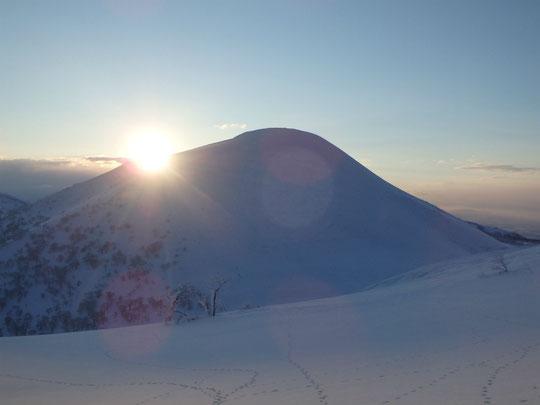 チセヌプリの肩から朝日が昇る