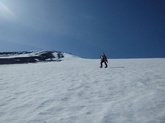 広い大きな斜面を黙々と登る。先は長い。