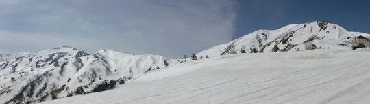 第二台地より雪倉岳(左)~朝日岳の主脈稜線を望む