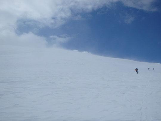 峠からチセヌプリの大きな斜面を登る