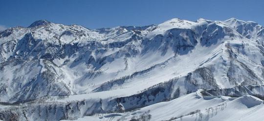 容雅山山頂より、妙高山・火打山方向  燕尾根も見える。手前の大きな雪面が乙見尾根のハンノキ平(通称 滑走路)