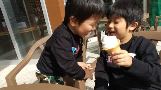 アイスクリームを食べる写真