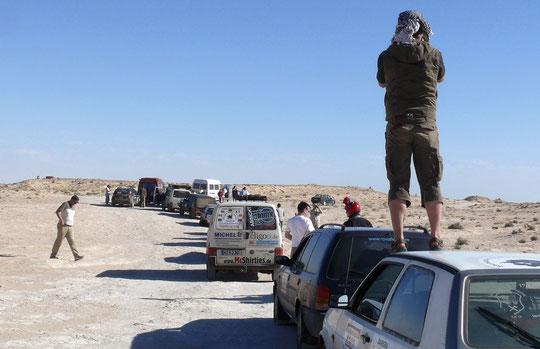 Im Niemandsland... warten bis die mauretanischen Grenzbeamten uns empfangen